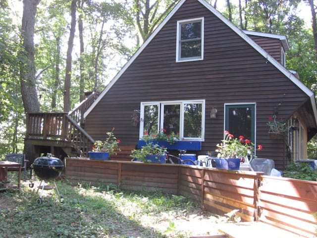 Share charming woodland cottage by lake, wifi - Boyds - Dom
