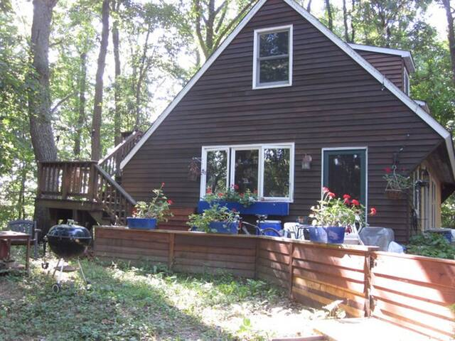 Share charming woodland cottage by lake, wifi - Boyds - House