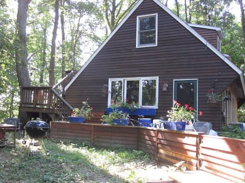 Share charming woodland cottage by lake, wifi
