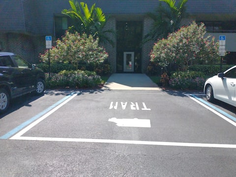 Lovely condominium private parking -beach 2 miles.