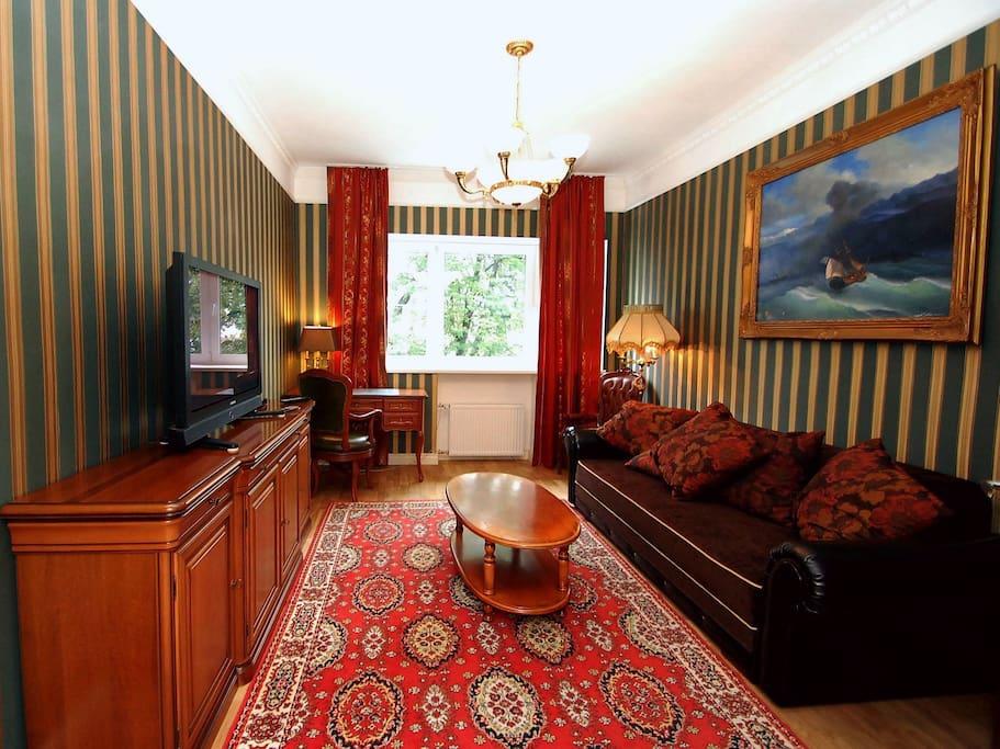 Уютная гостиная, диван в которой легко превращается в удобную двуспальную кровать