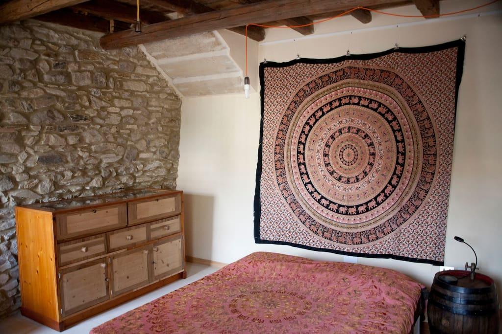 camera da letto matrimoniale con mobili d'autore