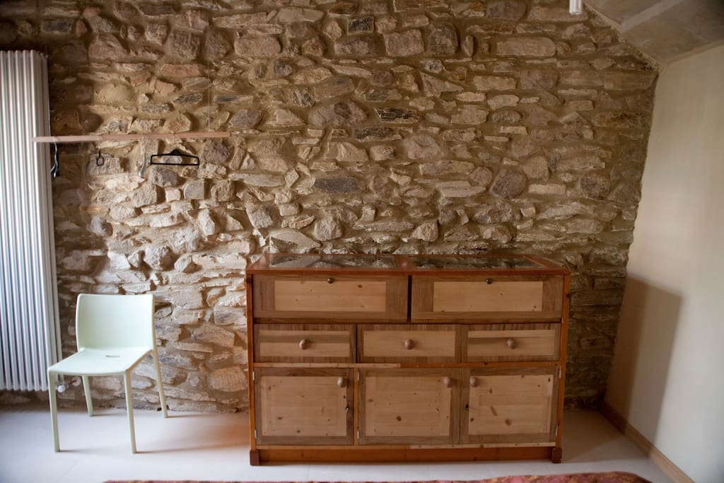 camera letto e guardaroba minimalista