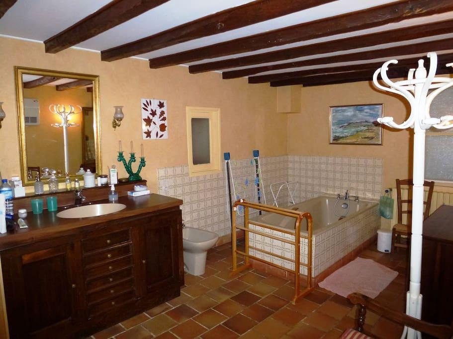 la grande salle de bain RdCh