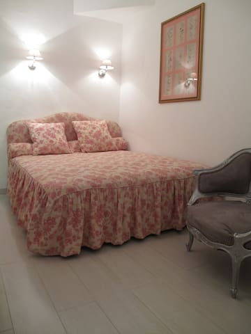 chambre avec grand lit confortable,au calme