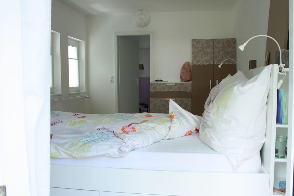 Schlafzimmer. Doppelbett (1,40x2,00m), Schrank & Kommode. Großflächige Salzdekorationen für heilsames Durchatmen.