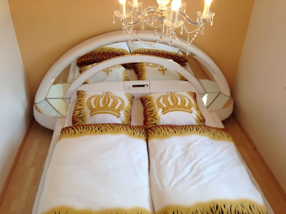Großes Doppelbett im 70iger Jahre Stil.