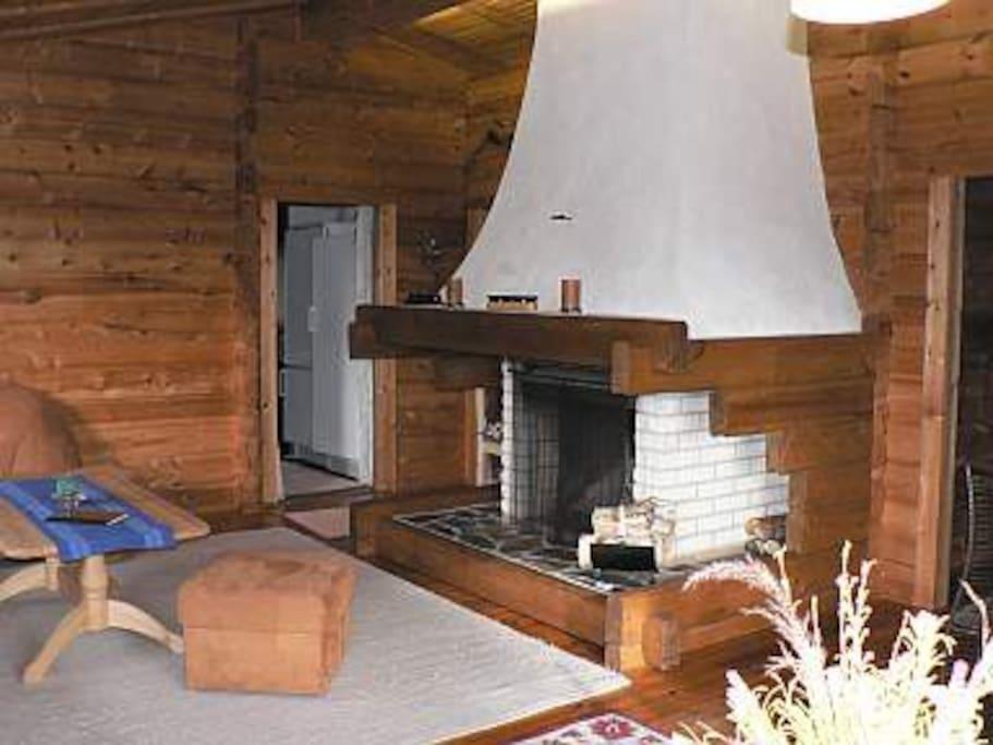 der üppig große Kamin im Wohnzimmer