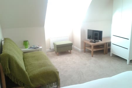 Private room with ensuite bathroom in family home - Edinburgh