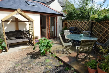 Garden room, own kitchen and access - Monmouth - Bed & Breakfast