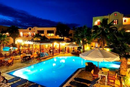 Cute twin room , pool , sea view - Akrotiri - Hotel boutique