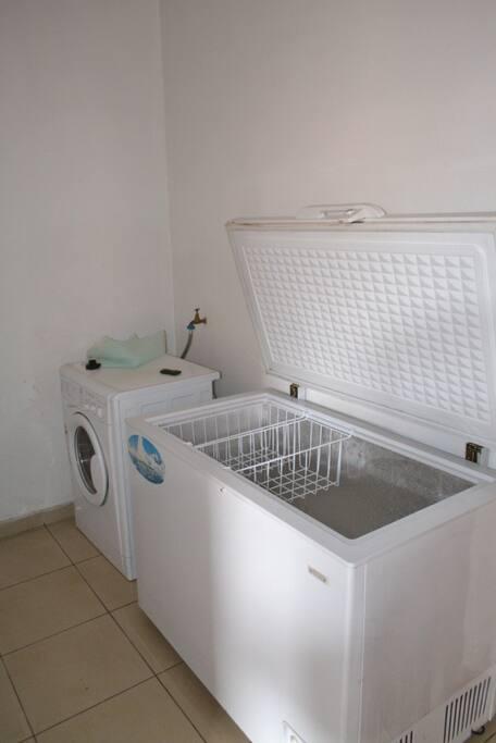 buanderie, équipée d'un congélateur et d'une machine à laver.