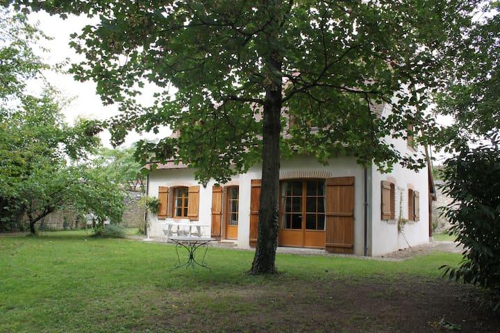 Maison familiale dans jardin boisé