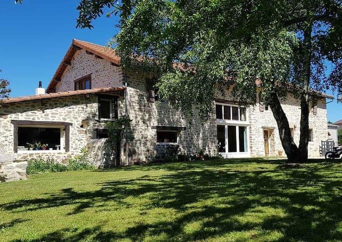 Grande maison en pierre avec piscine