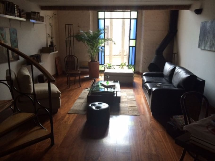 Sala amoblada con chiminea