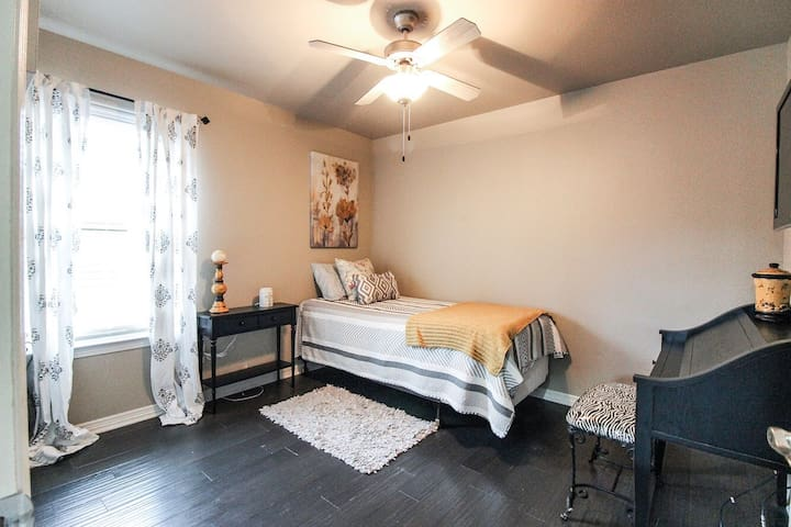 Cute bedroom and bath for rent!