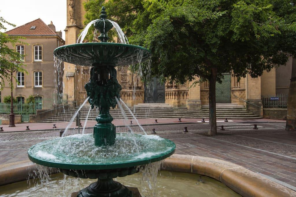 Se réveiller avec la fontaine sous vous yeux ce qui relaxe dès le matin