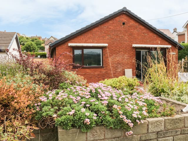 3 TREM AFON, pet friendly, with a garden in Conwy, Ref 972075
