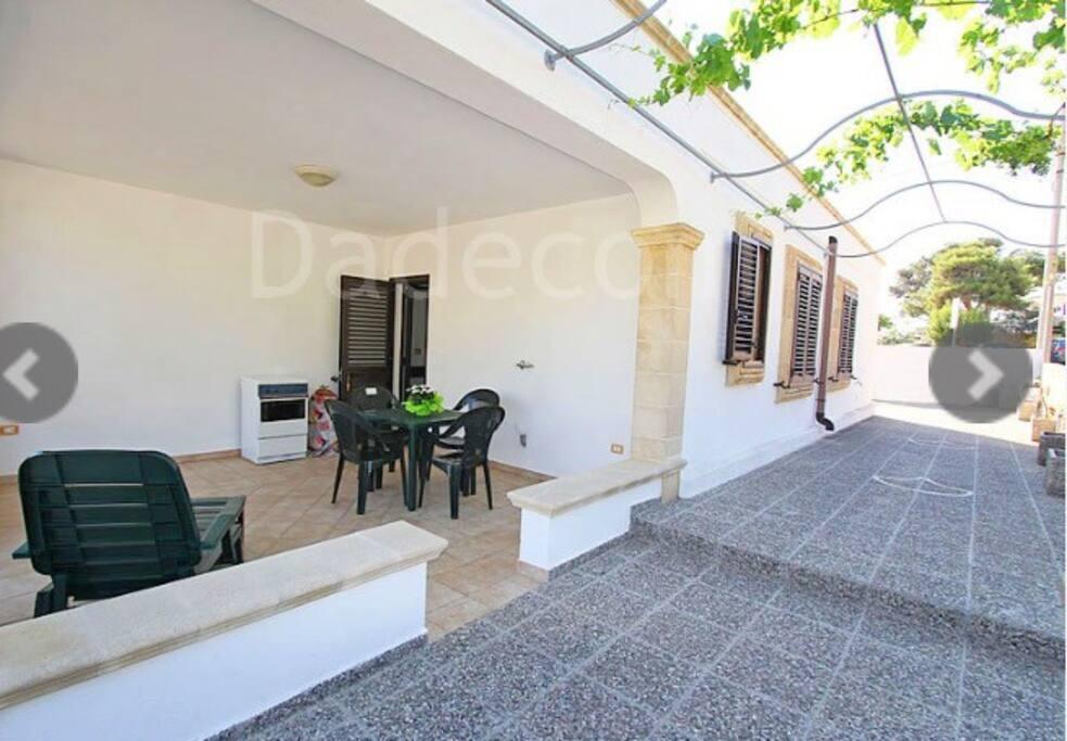 Veranda con secondo piano cottura tavolo ,sedie e sdraio