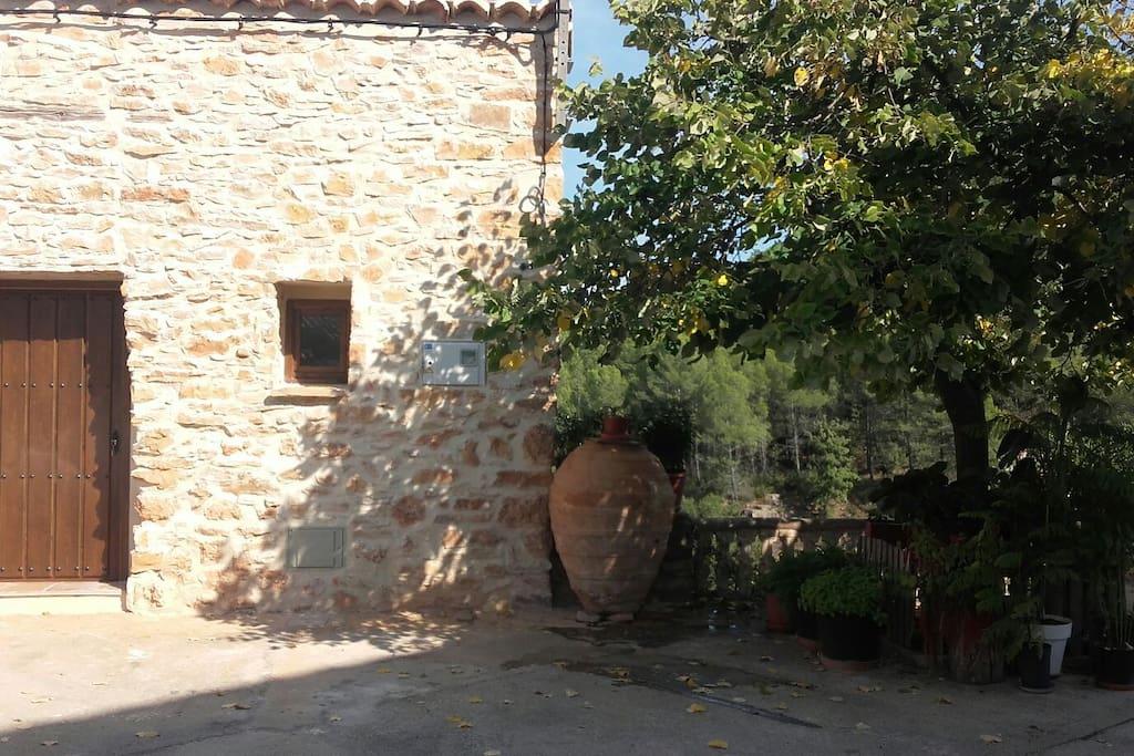 Fachada oeste de la casa, puerta de entrada principal