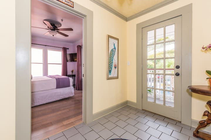 """The """"Palm North"""" - Bright & cheery Queen room with """"personal porch space"""". - Chef prepared daily breakfast and parking included!"""