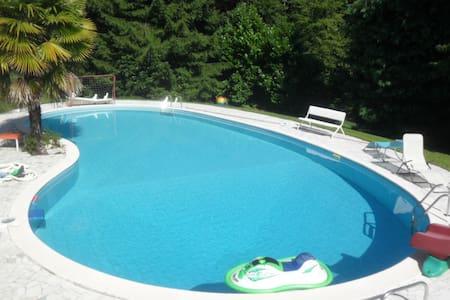 Appartamento con piscina e parco in Villa Anna