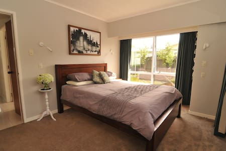 Bright, sunny queen room - 新普利茅斯(New Plymouth)