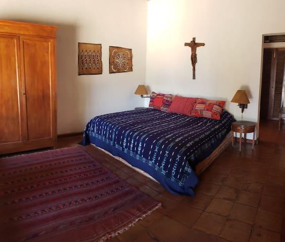 Dormitorio Principal 1 cama King y una litera.