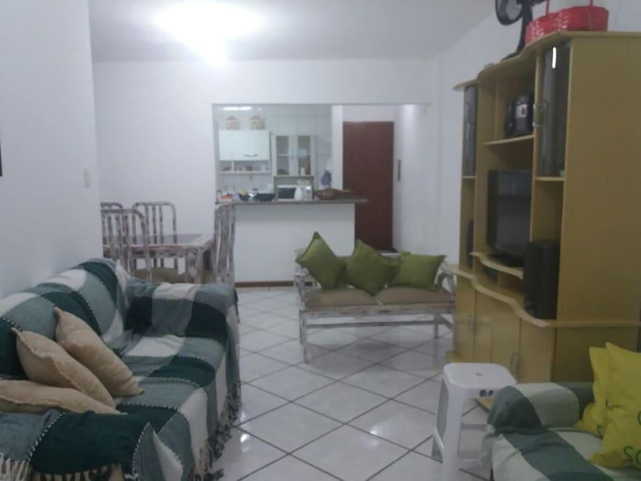 Vista geral da sala com cozinha aos fundos