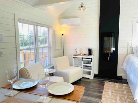 The Vaulted Suite@Cupids  A Luxury Tiny House Stay