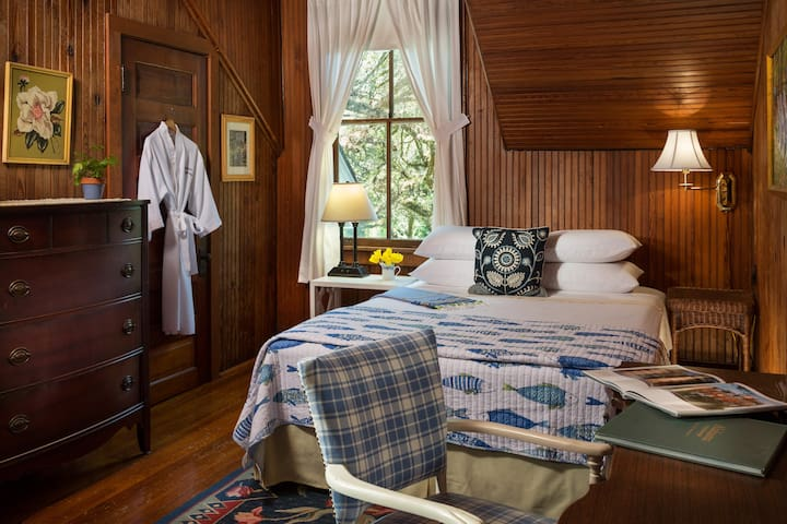 Worthington Luxury Queen Bedroom at Magnolia Springs B&B