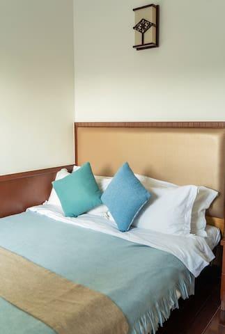 次卧2的淡蓝色,配有独立卫生间,空调,衣柜和书桌