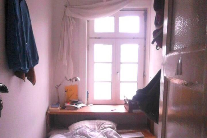 Bett mit Tür