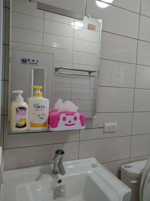 房內乾淨的衛浴空間