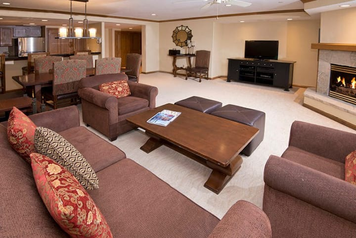 Luxurious 2 BR Condo, Sleeps 6