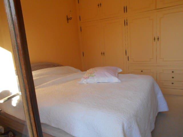 une chambre lit double + S/B