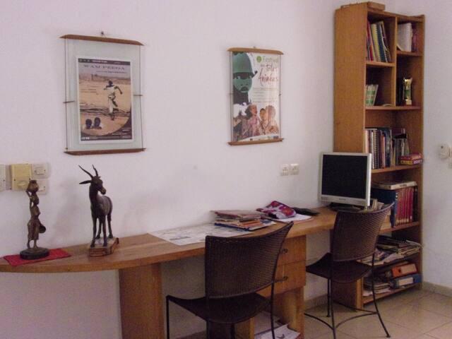 bureau de travail dans la grande salle