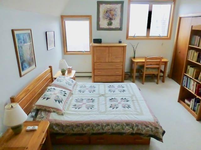 JADE House Bed and Breakfast Grand Bedroom
