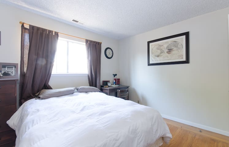 close to BART.  Friendly home - Castro Valley - Huis