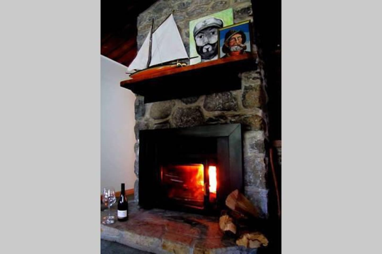 *Notez que le bois n'est pas inclus dans le prix de location, possible d'avoir 15 bûches pour $25 avec bois d'allumage si vous nous le demandez!  *Note that the wood is not included in the rental price. We can provide 15 logs for $25 if you ask.