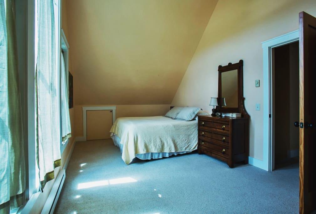 Light & airy queen size upstairs bedroom