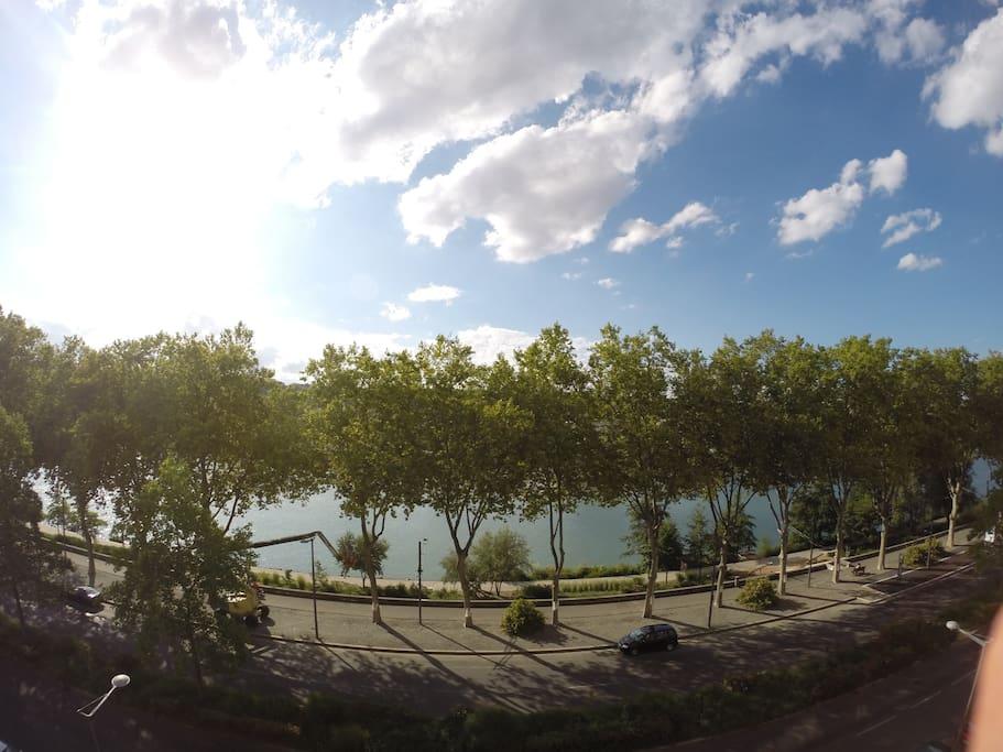 Vue sur les quais du Rhône depuis le balcon, côté salon/salle à manger