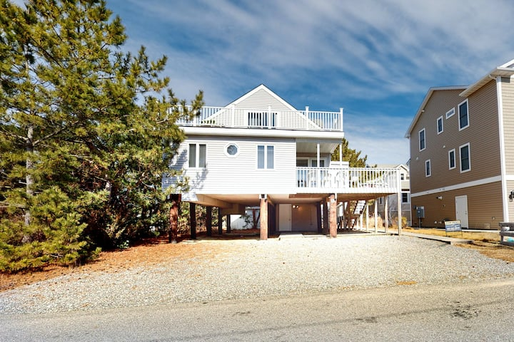 Town of Bethany house w/ WiFi & gorgeous deck - steps from the sand & surf