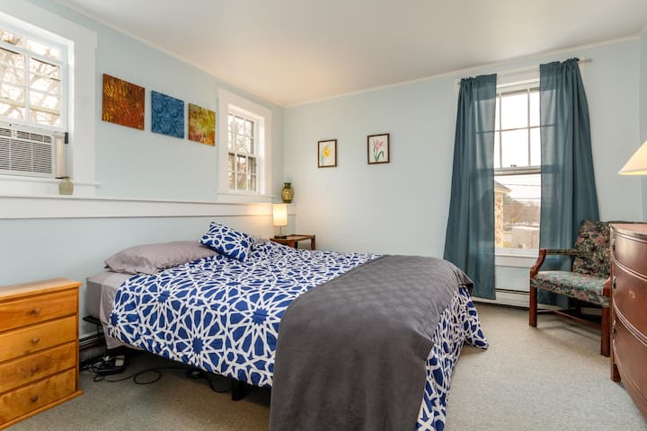 Bed & Bath suite in College Hill guest house