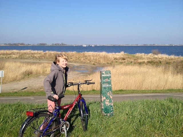 Making beautiful bike tours, in Durgerdam, one of the next many pitoresque villages in this part of Amsterdam