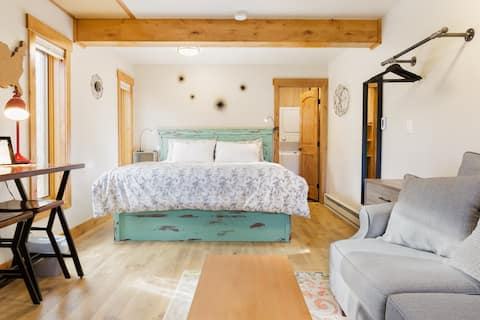 Find Yourself Steps from Town/Lifts in a King Studio Getaway