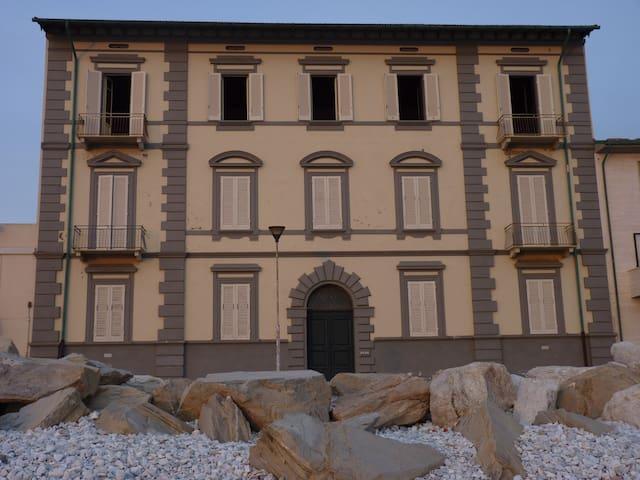 Seafront Apartment in '900 building - Marina di Pisa - Huoneisto