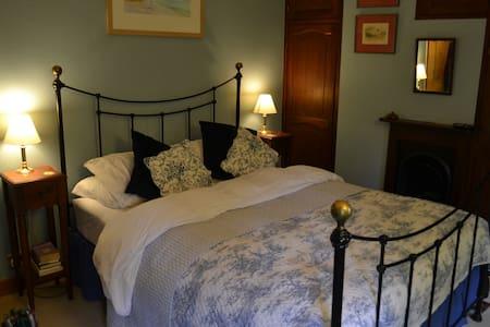 The Blue Room: Rural Charm - Ramsbury