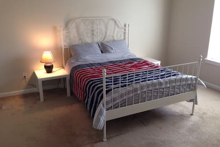 Master bedroom with private bath - Hillsboro - Hus