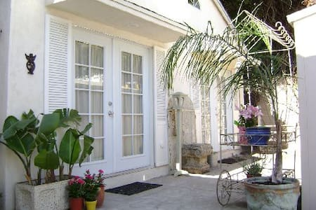 Carriage House -Walk 2 Melrose in 3 - Los Angeles - House